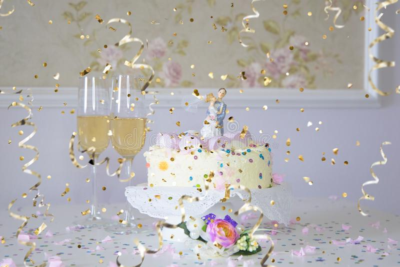 Meine große Spaßhochzeit: Hochzeitstorte und Konfettis stockfotografie