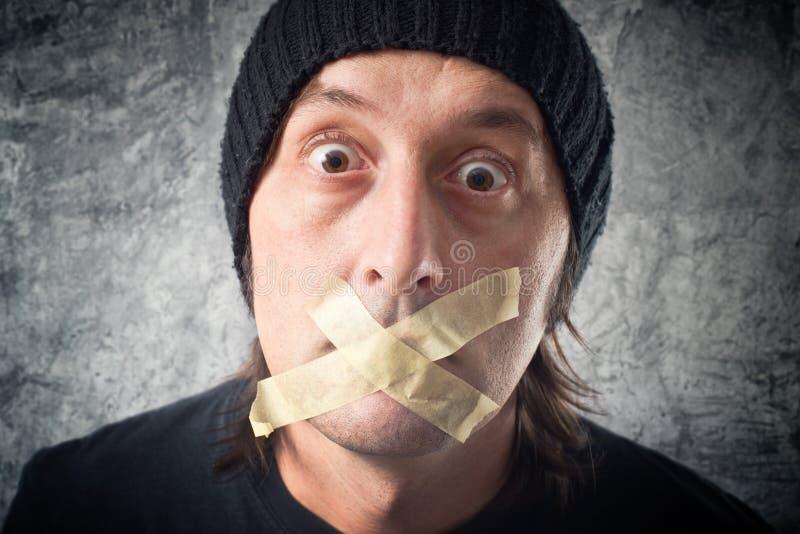 Meine Lippen werden versiegelt. Mann mit Band über seinem Mund. lizenzfreies stockbild