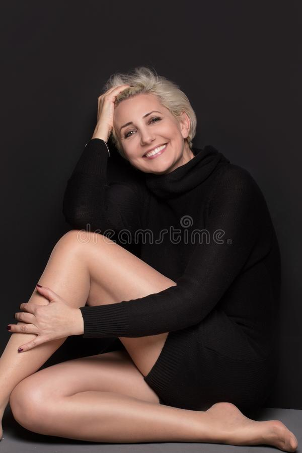 Meio bonito mulher envelhecida com penteado curto fotografia de stock