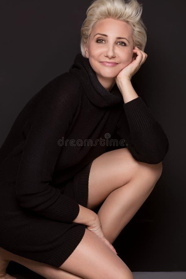 Meio bonito mulher envelhecida com penteado curto fotografia de stock royalty free