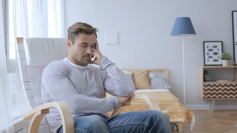 Meio cansado homem envelhecido de sono que senta-se na cadeira ocasional imagens de stock royalty free