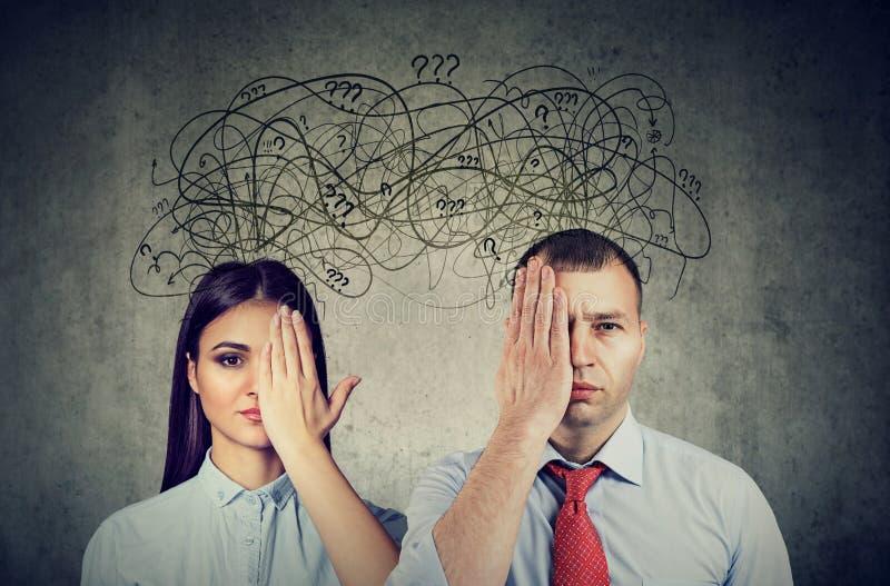 Meio casal vendado tendo problemas de comunicação e compartilhando pensamentos ansiosos fotografia de stock