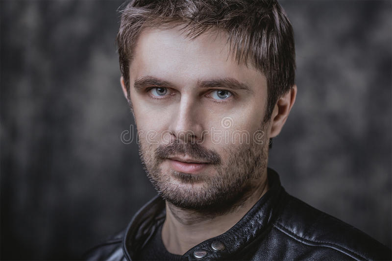 Meio considerável retrato masculino envelhecido da beleza fotografia de stock royalty free