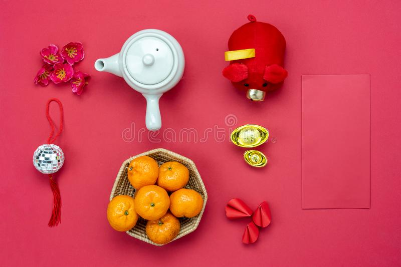 Meio da língua chinesa rico ou rico e feliz Ano novo lunar de opinião de tampo da mesa & ano novo chinês Brinquedo colocado liso  fotografia de stock royalty free