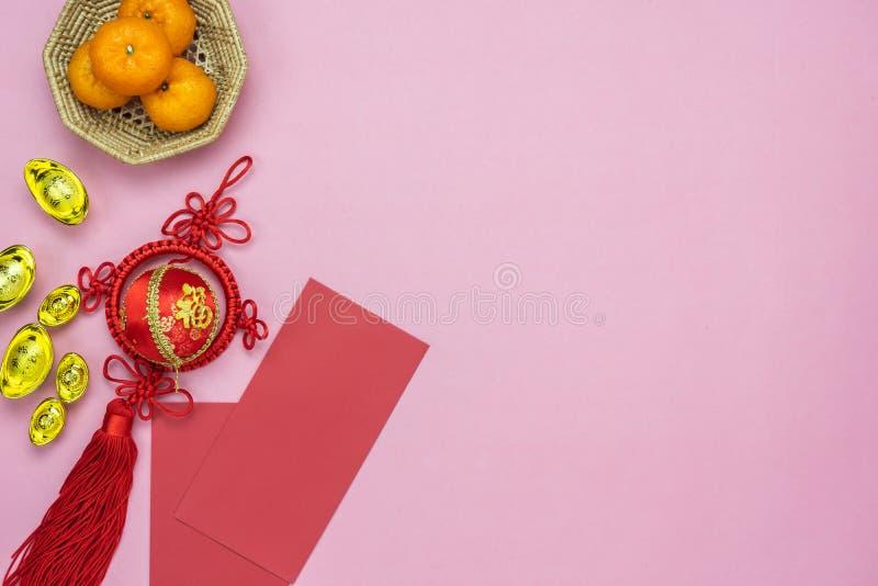 Meio da língua chinesa rico ou rico e feliz Ano novo lunar de opinião de tampo da mesa & fundo chinês do conceito do ano novo Con fotos de stock