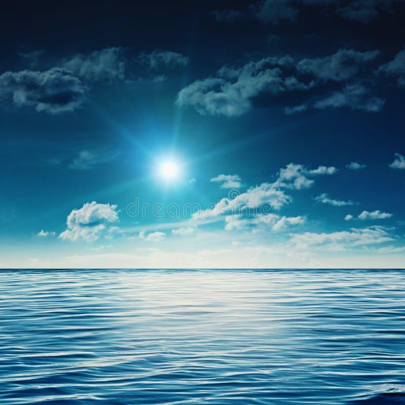 Meio-dia da beleza no mar do verão imagens de stock