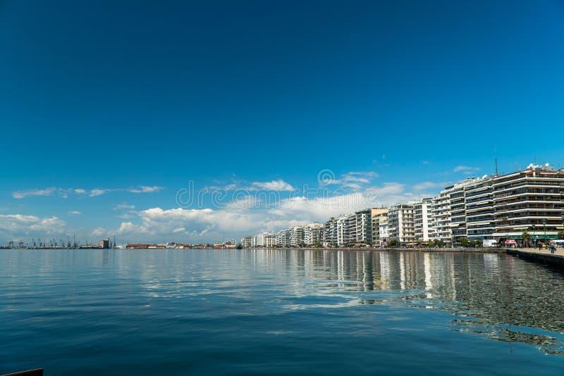 Meio-dia disparado do mar de Tessalónica, o porto as construções fotos de stock