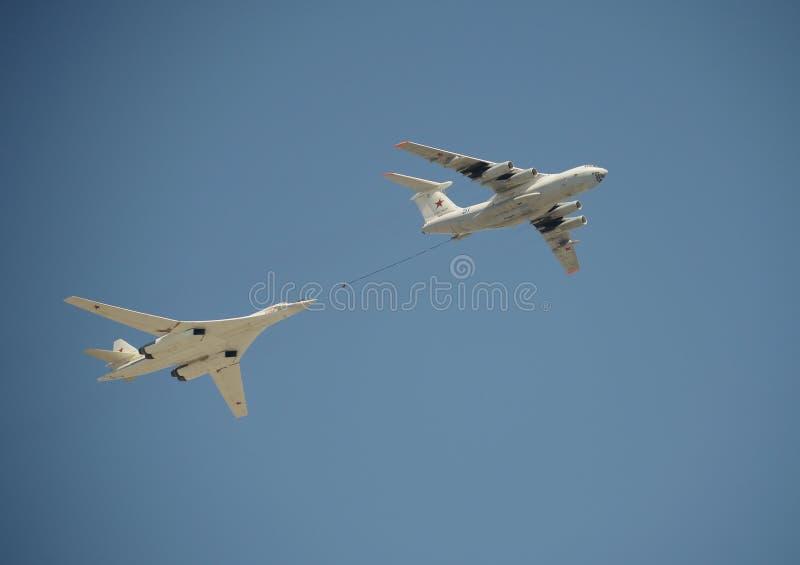 Meio do ar simulado que reabastece os aviões Il-78 e Tu-160 durante um ensaio da parada dedicada ao 72nd aniversário do Vi foto de stock royalty free