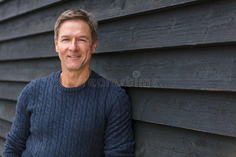 Meio feliz homem envelhecido que sorri fora fotos de stock royalty free