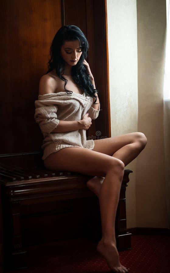 Meio levantamento despido moreno 'sexy' atrativo provocatively no quadro de janela Retrato da mulher sensual na cena clássica do  foto de stock royalty free