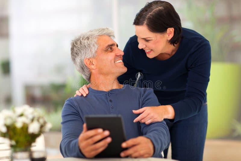Meio loving pares envelhecidos imagens de stock