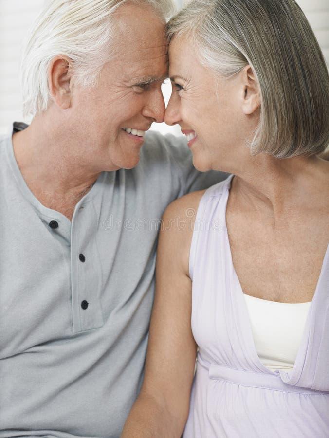 Meio loving pares envelhecidos foto de stock