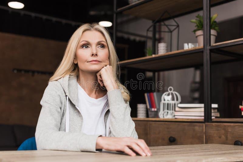 meio pensativo bonito mulher envelhecida fotografia de stock