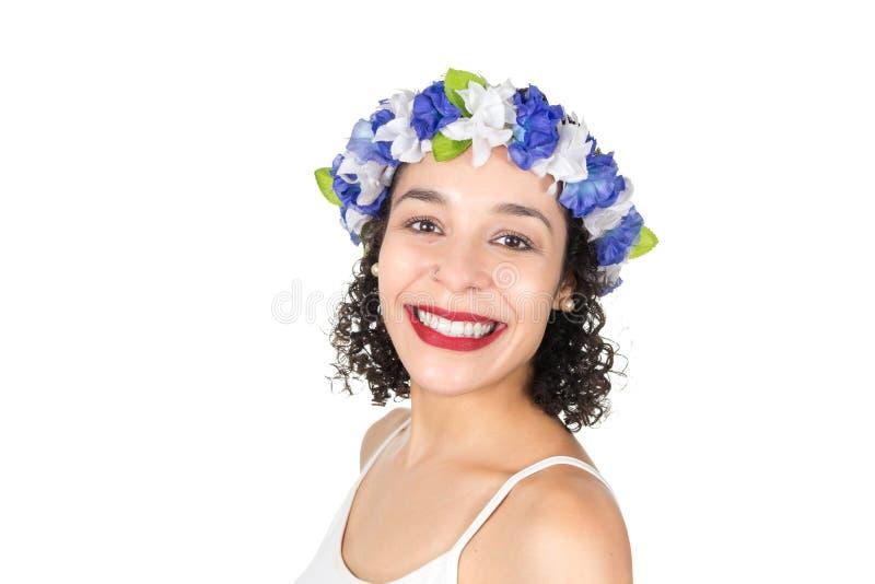 Meio perfil de feliz brasileiro bonito A mulher negra veste um w imagens de stock