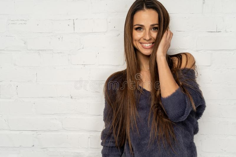 Meio retrato do comprimento de mulheres de sorriso novas fotografia de stock royalty free