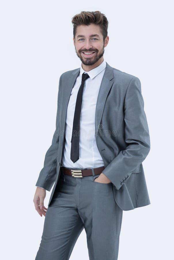 Meio retrato do comprimento de um homem de negócios com mãos em seus bolsos imagem de stock