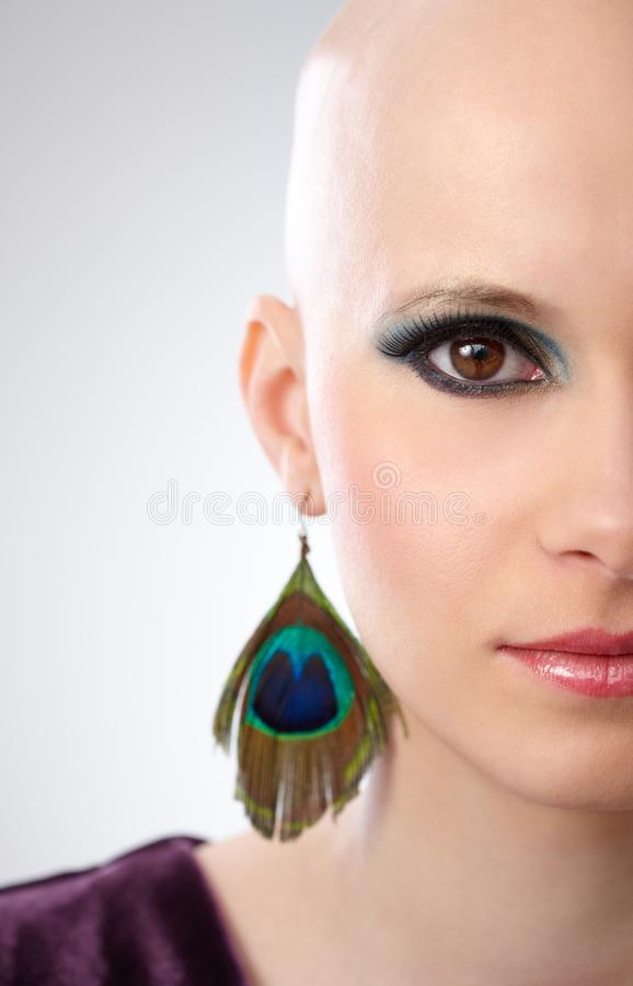 Meio retrato do estúdio da face da mulher calva fotografia de stock royalty free