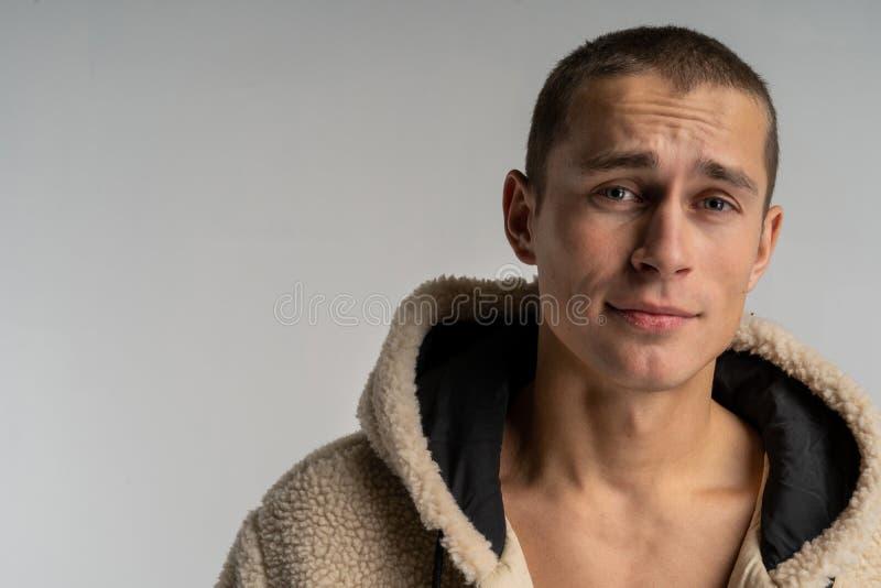 Meio retrato do lengh do homem considerável novo no sportwear com corte de cabelo curto fotografia de stock royalty free