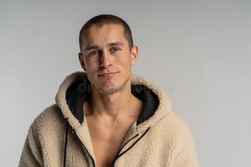 Meio retrato do lengh do homem considerável novo no sportwear com corte de cabelo curto foto de stock