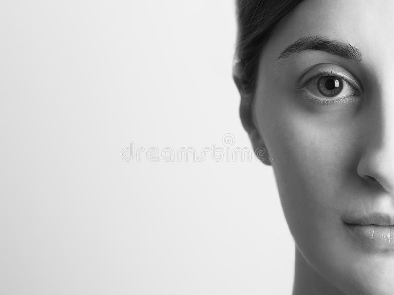 Meio retrato preto e branco da menina bonita fotos de stock