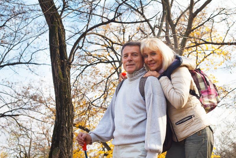 Meio romântico feliz pares envelhecidos imagem de stock