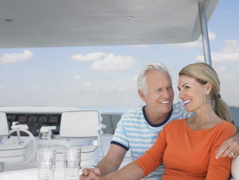 Meio romântico pares envelhecidos no iate imagens de stock royalty free