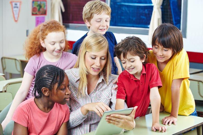 Meios de Digitas na escola primária imagens de stock