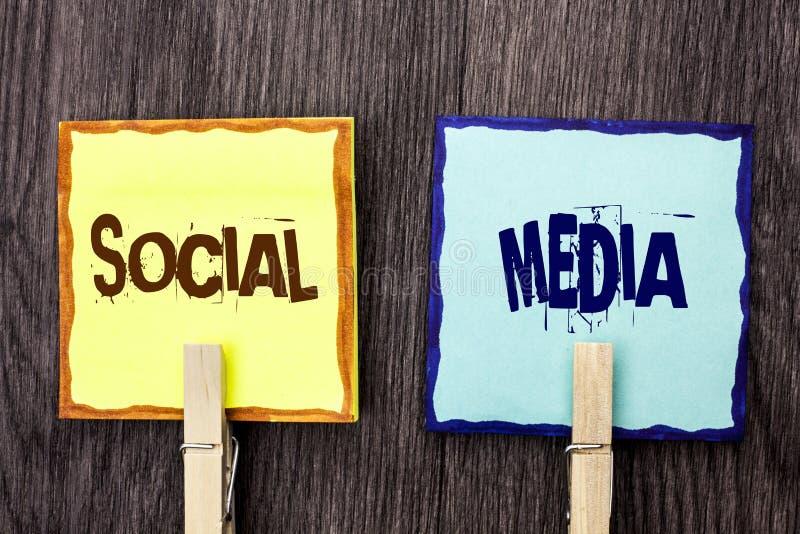 Meios do Social do texto da escrita da palavra Conceito do negócio para social em linha da comunidade da parte da mensagem do bat imagem de stock
