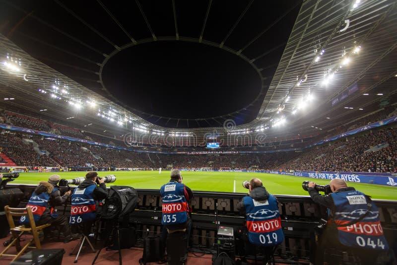 Meios e fotógrafo durante o jogo da liga de campeões de UEFA imagens de stock royalty free