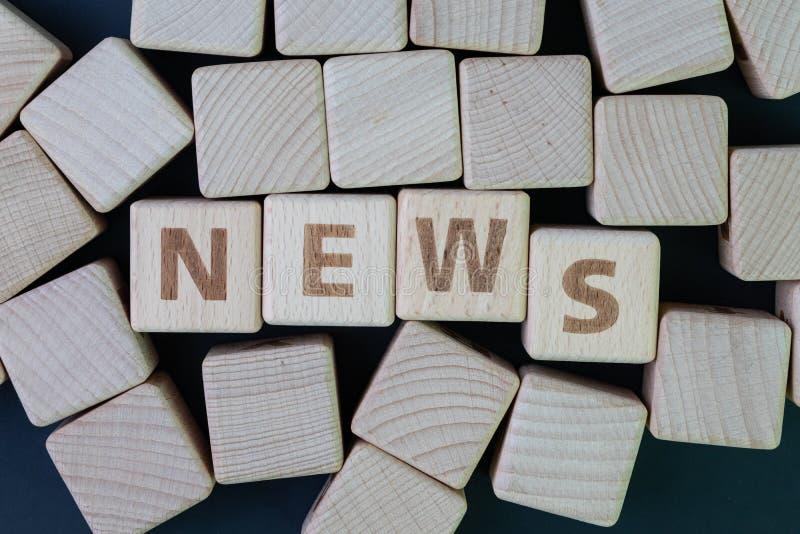 Meios, imprensa social dos meios e conceito da not?cia, bloco de madeira do cubo com alfabeto para combinar a not?cia da palavra  fotografia de stock
