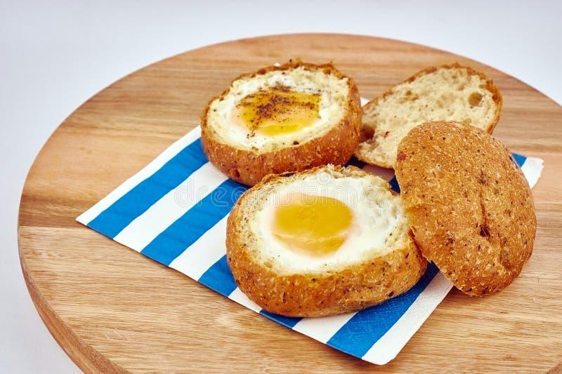 Meios ovo cozido e pão foto de stock