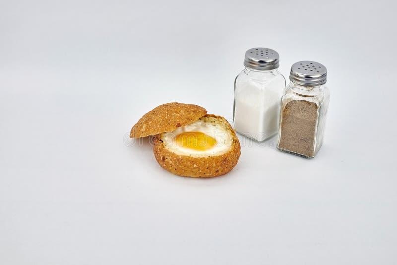 Meios ovo cozido e pão imagem de stock royalty free
