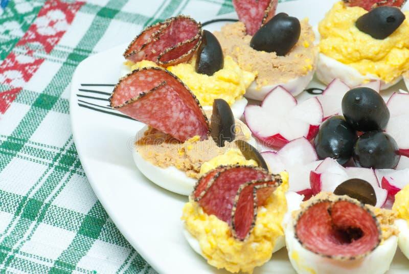 Meios ovos fervidos enchidos deliciosos com a gema diferente dos enchimentos misturada com a pasta do queijo ou de fígado e decor fotografia de stock royalty free