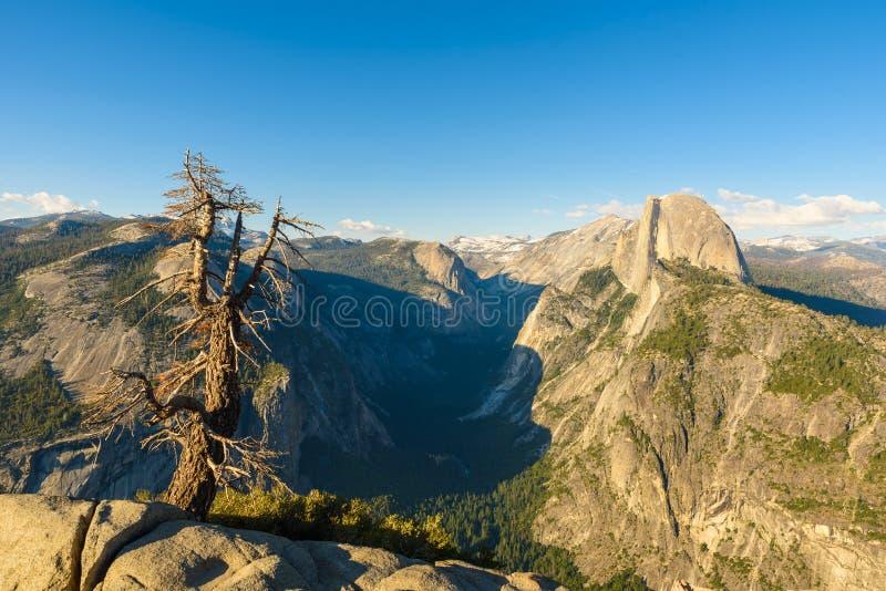 Meios rocha e vale da ab?bada do ponto da geleira - ponto de opini?o do panorama no parque nacional em Sierra Nevada, Calif?rnia  imagem de stock