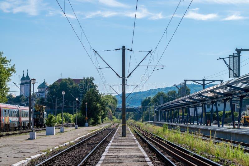 MEIOS, ROMÊNIA - 7 DE JULHO DE 2016: Estação de caminhos-de-ferro em um dia ensolarado, Romênia dos meios imagem de stock royalty free