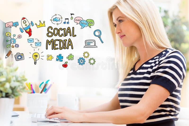 Meios sociais com a jovem mulher feliz na frente do computador imagens de stock