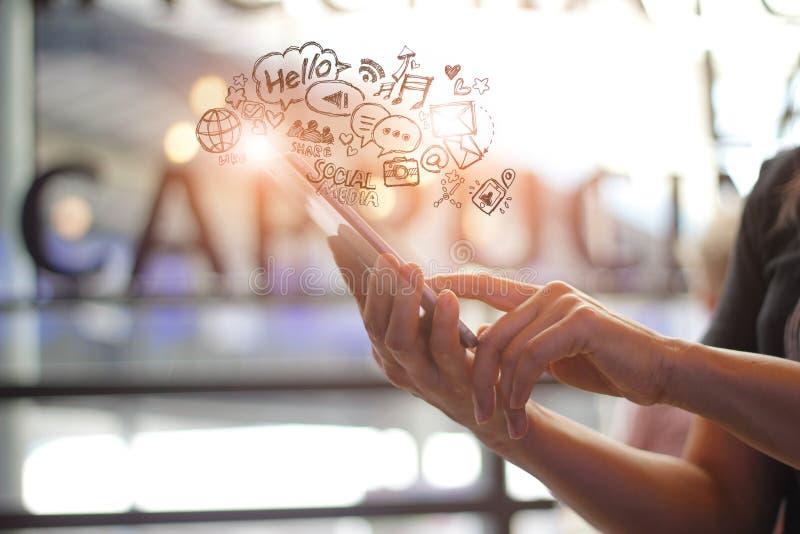 Meios sociais, conceito social da tecnologia de rede, toque da mulher e utilização do smartphone móvel no fundo da cafetaria imagem de stock royalty free