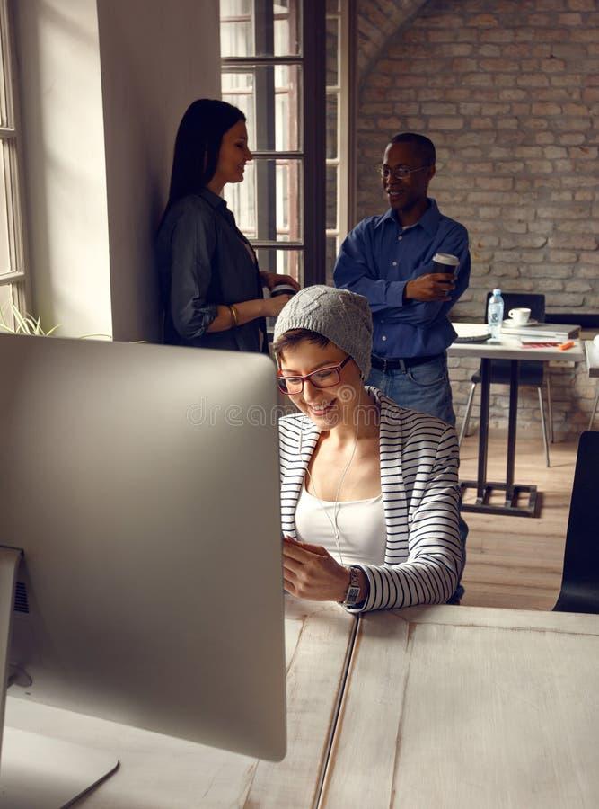 Meisje aan het werk aangaande computer in studio royalty-vrije stock afbeelding