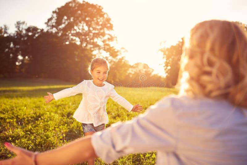 Meisje aan mother'somhelzing die in werking wordt gesteld royalty-vrije stock foto