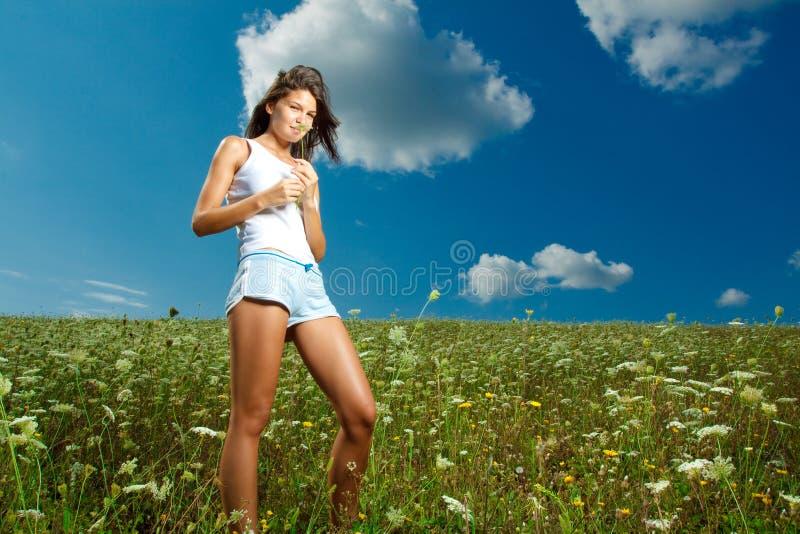 Meisje in Aard stock foto