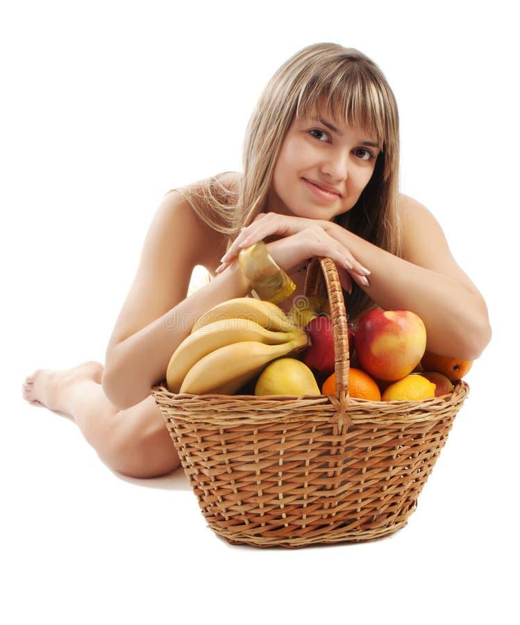 Meisje achter fruitmand stock foto's
