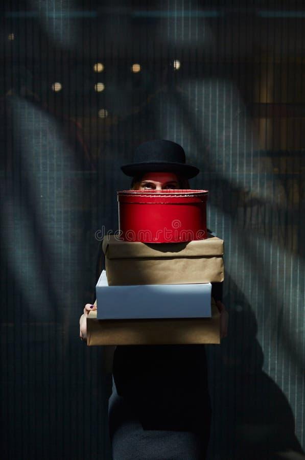 Meisje achter giftdozen royalty-vrije stock fotografie