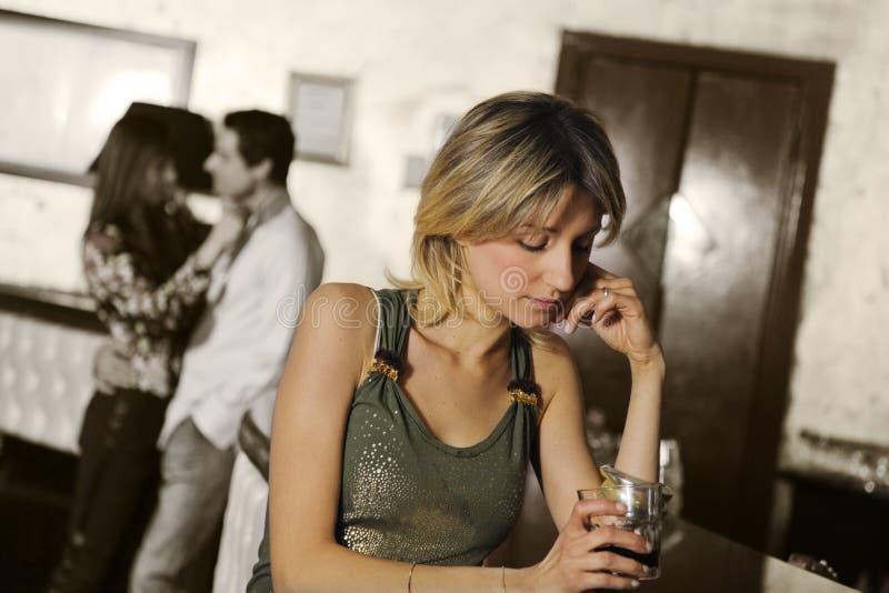 Meisje alleen in een bar stock foto