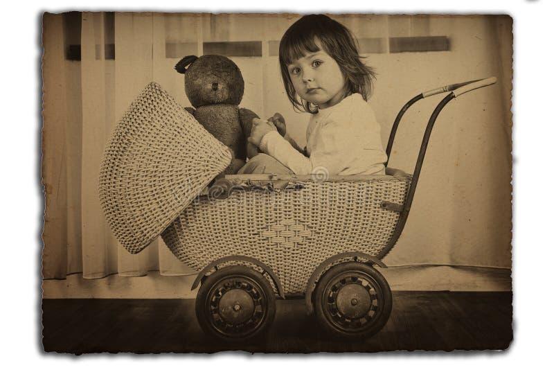 Meisje in antieke kinderwagen royalty-vrije stock afbeeldingen