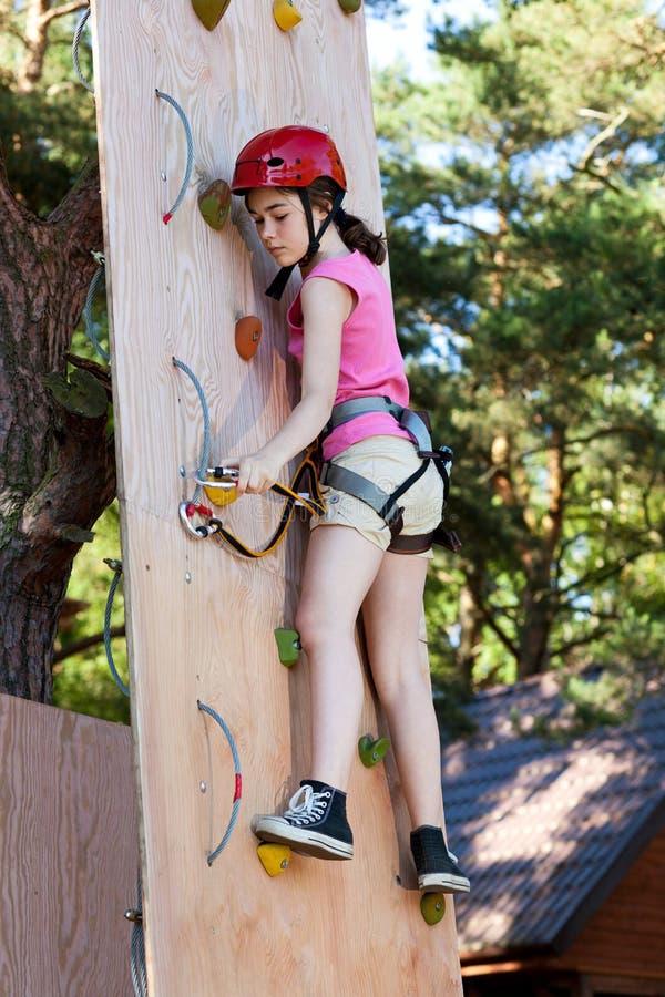 Meisje in avonturenpark royalty-vrije stock foto's