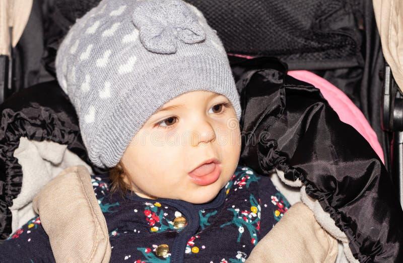 Meisje Baby setting grappig Kind glb zuigeling stock fotografie