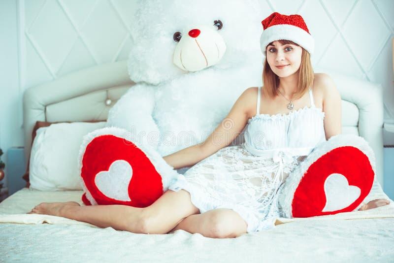 Meisje in bed met teddybeer stock foto