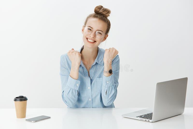 Meisje bereikte eerste positieve resultaten op het werk Het charmeren van modieuze vrouw die in glazen en horloge, dichtbij lapto stock foto's
