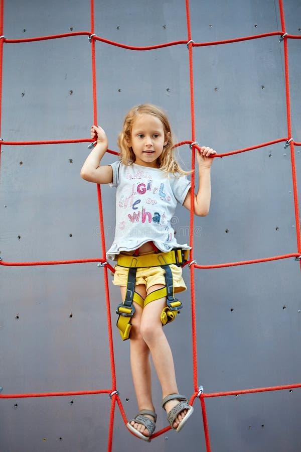 Meisje in bergbeklimmingsgymnastiek royalty-vrije stock foto's