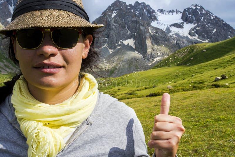 Meisje in bergen royalty-vrije stock foto